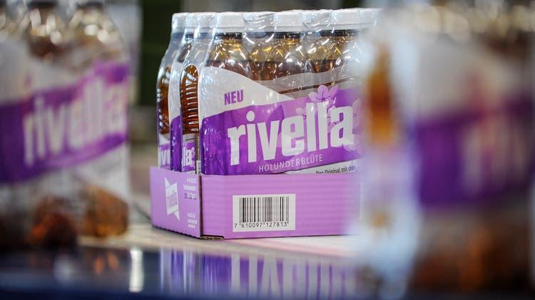 Die Rivella-Sorte Holunderblüte ist im Detailhandel noch erhältlich. Drei andere Produkte wurden jedoch aus dem Migros-Sortiment entfernt. (Bild: Rivella)