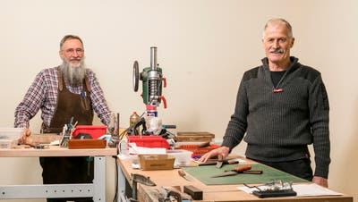 Messerladen«Lost Knives» in Turgi: Funken sprühen, wenn Geri Stutz das Stahlstück für die Klinge ans Schleifband hält. (Sandra Ardizzone)