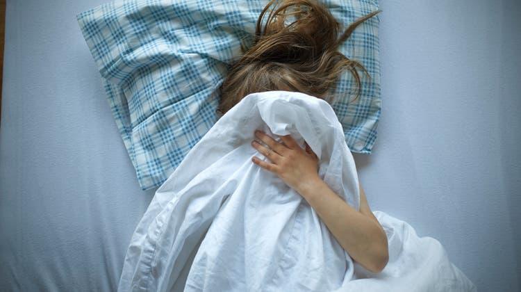 Ein Türke hatte sich zu einer schlafenden Frau ins Bett gelegt und wollte in sie eindringen. Sie ohrfeigte ihn. (Symbolbild) (Keystone)