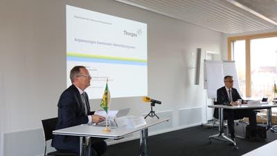Regierungspräsident und Chef des Departements für Inneres und Volkswirtschaft,Walter Schönholzer, und Daniel Wessner, Chef Amt für Wirtschaft und Arbeit, an der Medienkonferenz vom heutigen Freitag. (Bild: PD)