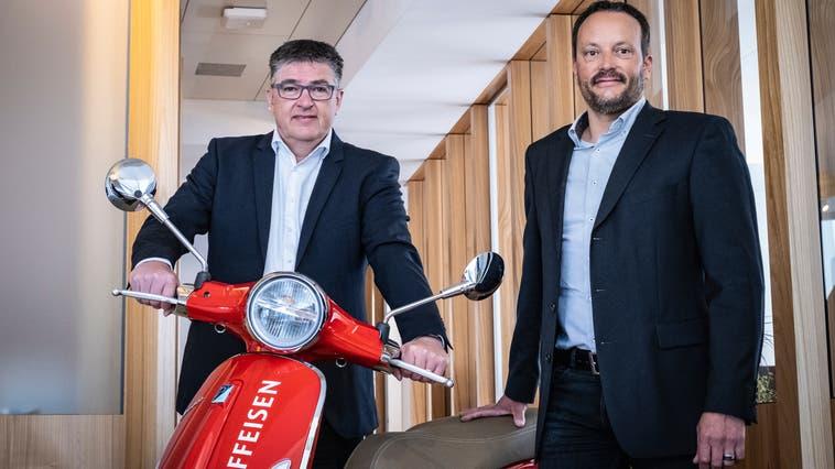 Rolf Müller als Vorsitzender der Bankleitung und Roland Schneeberger als Verwaltungsratspräsident steuern die Raiffeisenbank Amriswil Bischofszell in die Zukunft. (Bild: Kevin Roth (Amriswil, 14. April 2021))
