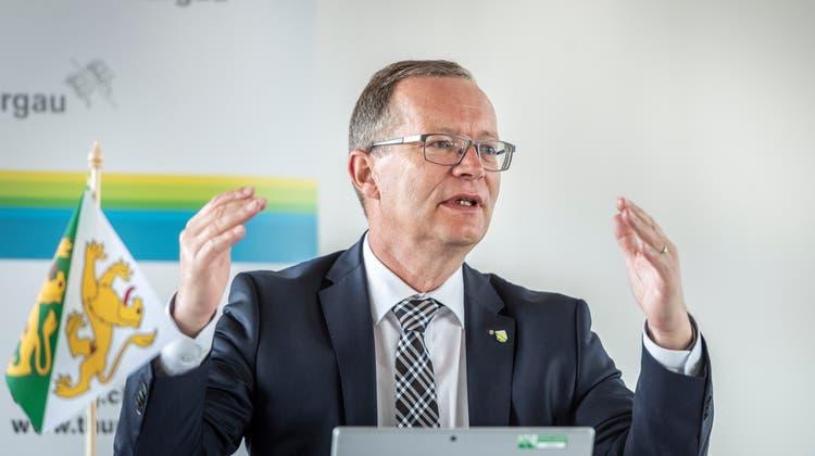 Regierungspräsident Walter Schönholzer erläutert das ausgebaute Thurgauer Härtefallprogramm. Basis ist die 22 Seiten umfassende Verordnung des Bundes. (Bild: Andrea Stalder)