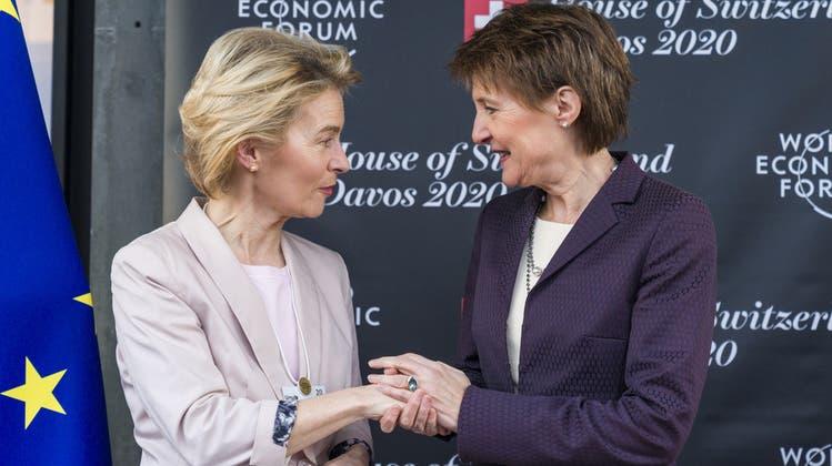 Bundespräsidentin Simonetta Sommaruga begrüsst 2020 EU-Präsidentin Ursula von der Leyen am WEF in Davos. (Keystone)