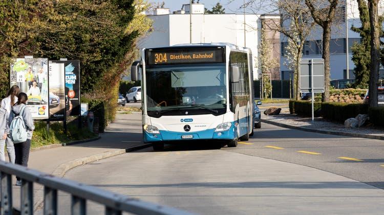 Pendler wollen bei der Haltestelle Sennenbüel Nord nicht umsteigen: Die Buslinie 304 soll über Unterengstringen hinaus bestehen bleiben. (Bild: Severin Bigler)
