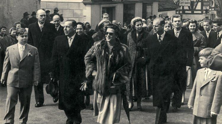 Diese Bild zeigt Prinz Philip (2.v.r.) am 20. April 1956 bei der Silberhochzeit seiner Schwester Margarita (vorn) und seines Schwagers Gottfried (3.v.l.) auf dem Weg zur Stadtkirche. Ganz links Margaritas und Gottfrieds Sohn Albrecht, ganz rechts dessen Bruder Ruprecht. (Fürstliche Hauptverwaltung Schloss Langenburg)