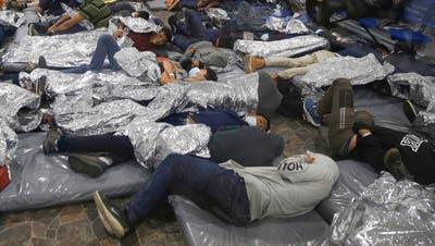Wie diese unbegleiteten Kinder in einem Lager in Donna, Texas, überschreiten derzeit zu viele die Grenze zwischen Mexiko und den USA. (Keystone)