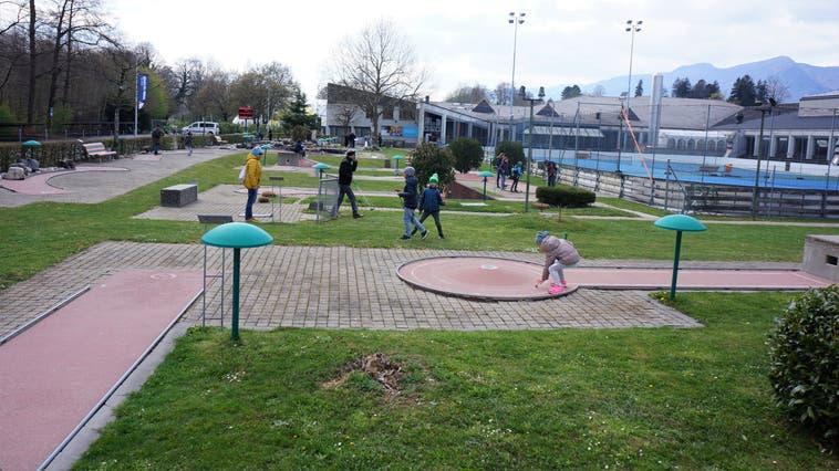 Minigolf im Sportzentrum Zuchwil  kann wieder gespielt werden. Das Angebot wird rege genutzt, trotz der Kälte. (Urs Byland)