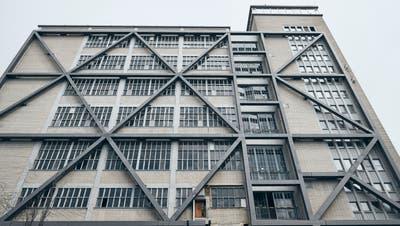 Schützen, erhalten - oder was? Im sogenannten K90 wurden jahrzehntelangFarben hergestellt. Entsprechend sanierungsbedürftig ist das Gebäude. (Bilder: Roland Schmid (13. April 2021)