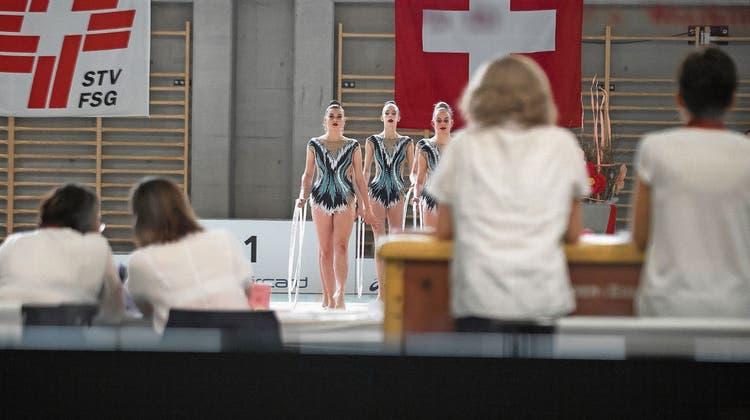 Junge Athletinnen in Aktion während der Schweizer Meisterschaften der Rhythmischen Sportgymnastik im Mai 2018. (Bild: Pablo Gianinazzi)
