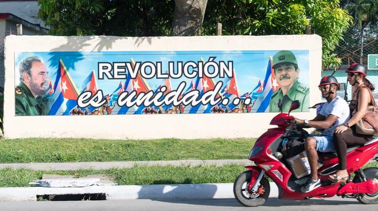 Die Revolution vereint, behauptet das Plakat in Kubas Strassen. Doch glücklich machte sie die Inselbewohner bislang nicht. (Getty)