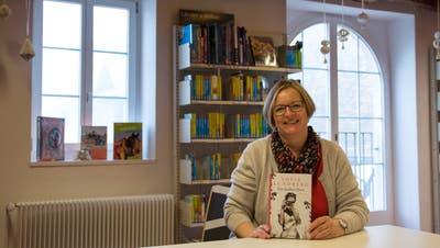 Beatrice Wehrli-Burth mit ihrem Buchtipp in der Bibliothek Bremgarten. (Bild: Verena Schmidtke)