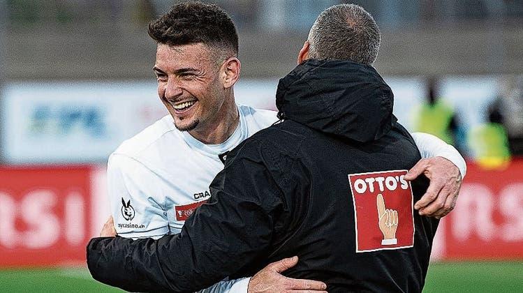 Stefan Knezevic (links) und FCL-Trainer Fabio Celestini freuen sich über den Viertelfinal-Sieg im Cup gegen Lugano. (Bild: Pablo Gianinazzi/Keystone (Lugano, 13. April 2021))