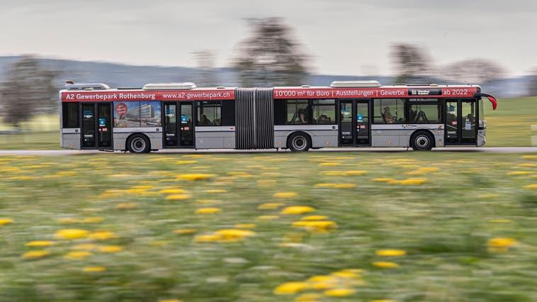 Ein Linienbus der Auto AG Rothenburg unterwegs zwischen Rain und Hildisrieden. (Bild: Pius Amrein  (Hildisrieden, 16. April 2021))