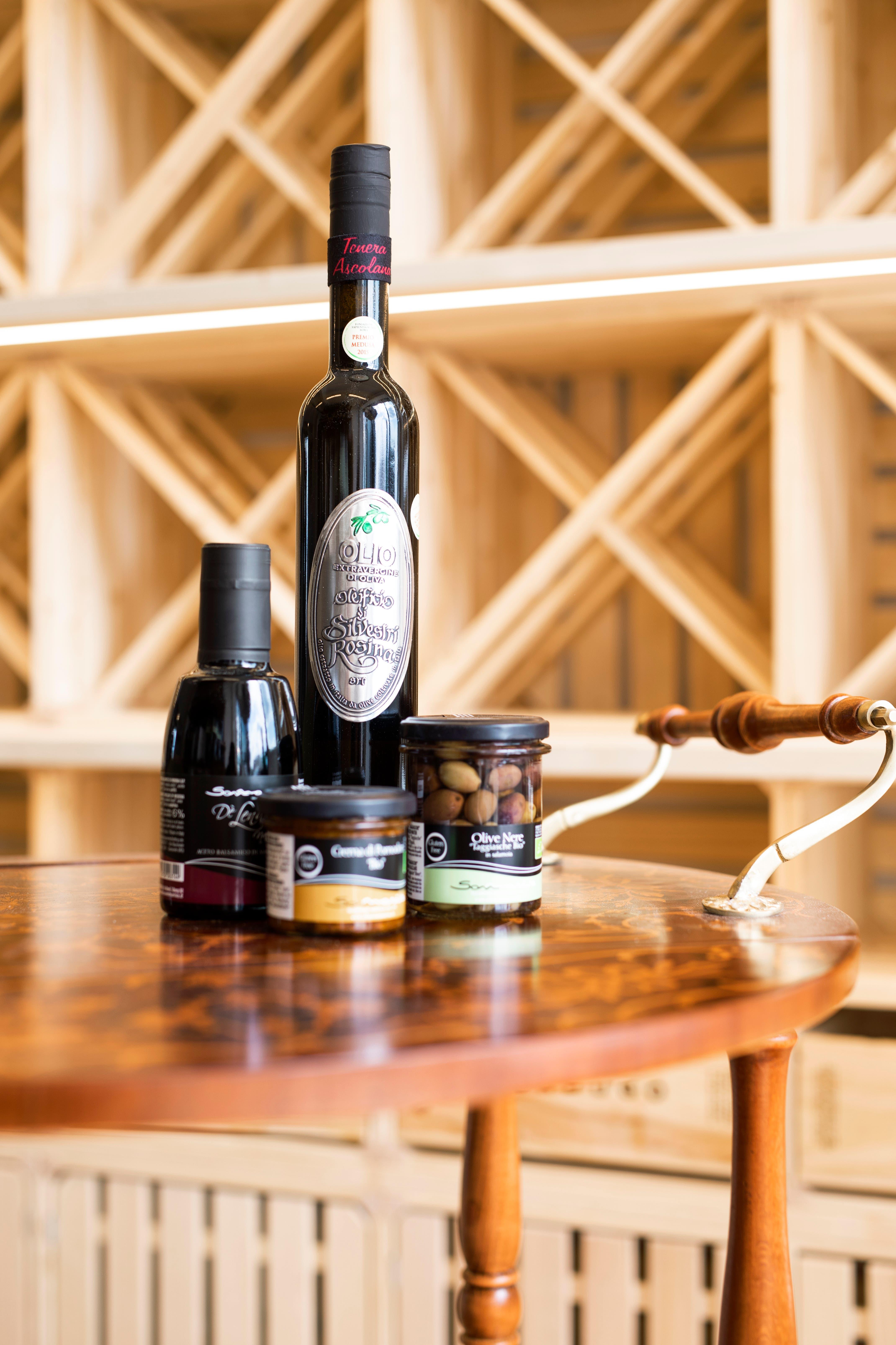 Neben ungarischen und anderen europäischen Weinen bietet Kézdi auch Groumetprodukte an.