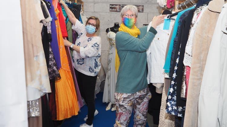 Rebecca Frank (links) und Iris Frei vom «Brockoli» in Frick freuen sich über volle Bestände. (Hans Christof Wagner)