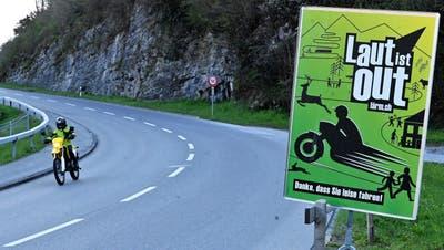 Die Obwaldner Polizei ermahnt Töfffahrer mit solchen Tafeln zum leiseren Fahren. (Bild: Romano Cuonz (Sarnen, 15. April 2021))
