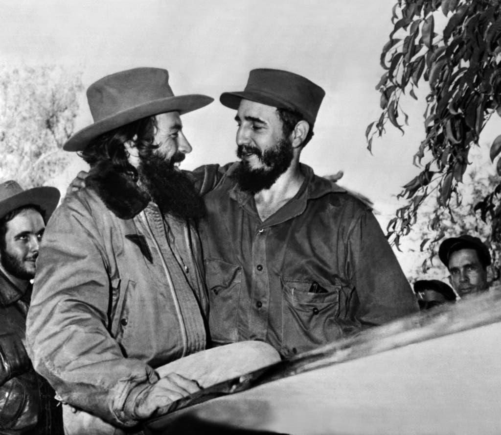 Vom Rechtsanwalt zum Revolutionsführer. Fidel Castro, rechts, und Camilo Cienfuegos, links, am 4. Januar 1959 bei ihrem Triumphzug durch Kuba. Vier Tage später erreichen sie Havanna. Seit 1953 trat Castro als aktiver Gegner des Machthabers Fulgencio Batista auf, was 1956 zu einem dreijährigen Guerillakrieg führte. 1959 dann der Sieg.