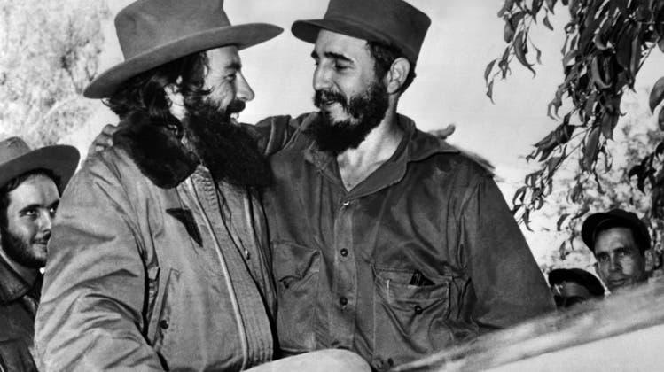 Vom Rechtsanwalt zum Revolutionsführer. Fidel Castro, rechts, und Camilo Cienfuegos, links, am 4. Januar 1959 bei ihrem Triumphzug durch Kuba. Vier Tage spätererreichen sie Havanna. Seit 1953 trat Castro als aktiver Gegner des MachthabersFulgencio Batista auf, was 1956 zu einem dreijährigen Guerillakrieg führte. 1959 dann der Sieg. (Keystone)