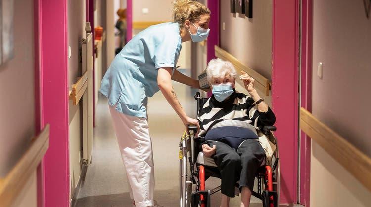 Zu Beginn der Pandemie vor gut einem Jahr waren viele Alterszentren stark gefordert, um schnell genügend Schutzmaterial zu besorgen. (Keystone)