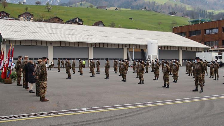 Auf dem Waffenplatz Wil erhielten die Soldaten ihr Abzeichen. (Bild: PD)