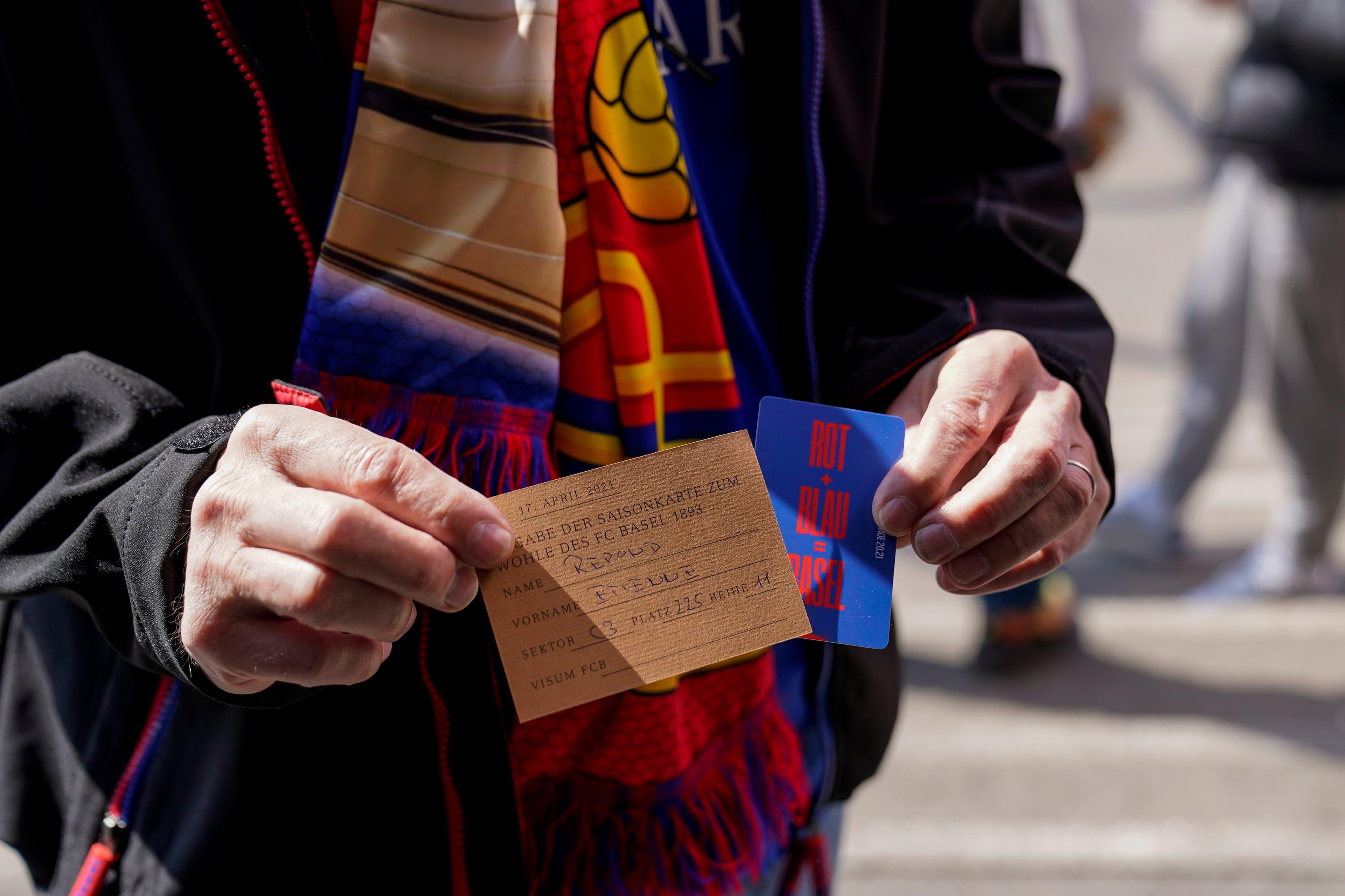 FC Basel-Fans geben aus Protest über die aktuelle Entwicklung beim Club ihre Halbjahreskarten zurück.