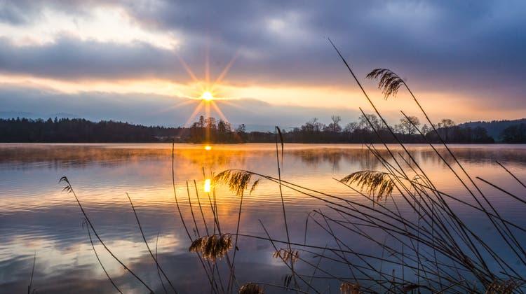 Mystischer Sonnenaufgang durch eine Wolkenlücke. (Bild: Vinzenz Blum (Mauensee, 17. April 2021))