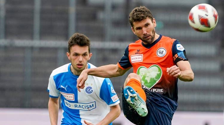 Wils Captain Philipp Muntwiler, hier gegen Shkelqim Demhasaj, scheiterte vom Penaltypunkt aus und am Pfosten. (Bild: Freshfocus)