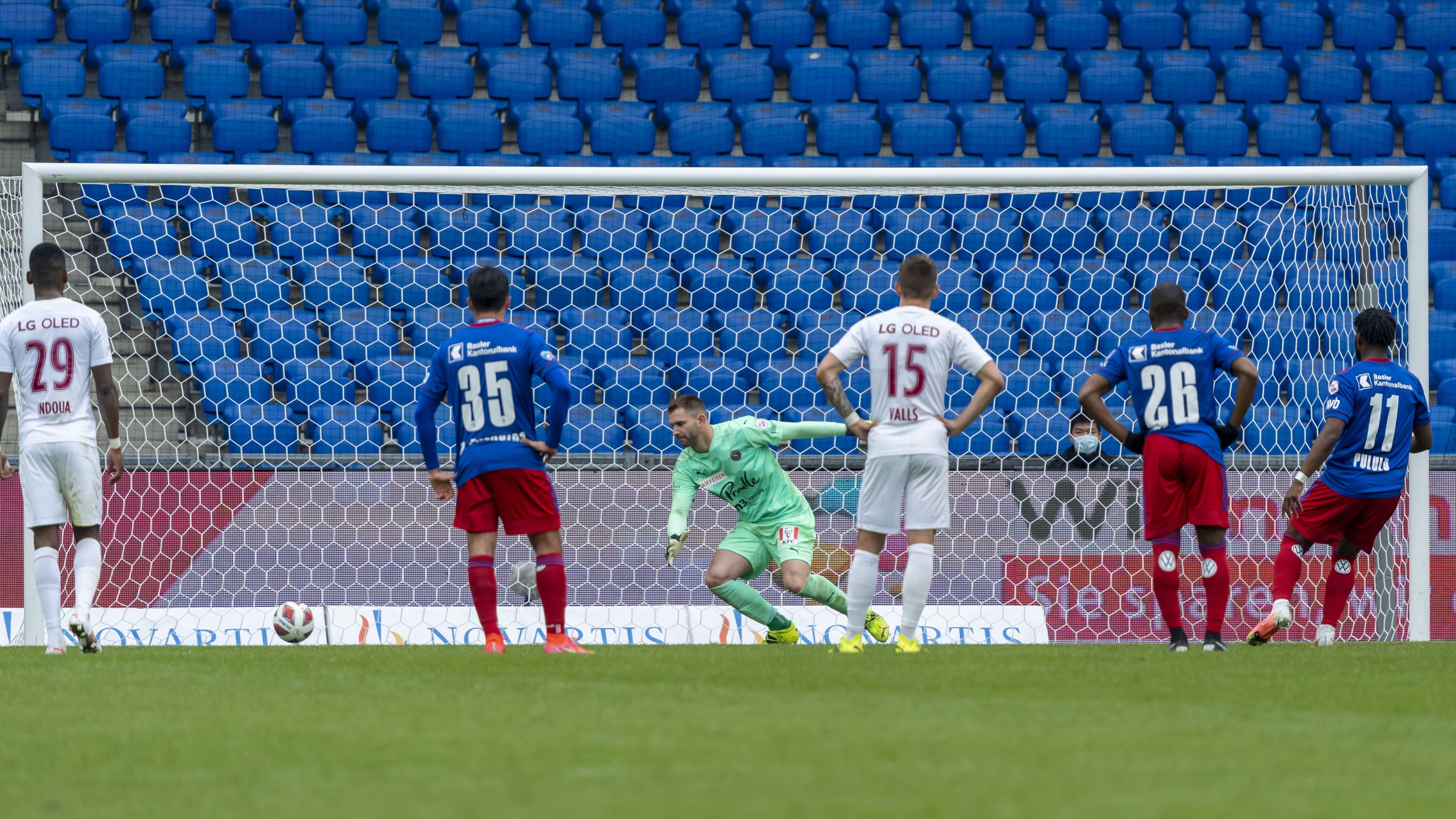 Afimico Pululu erzielt das vierte Tor per Penalty.