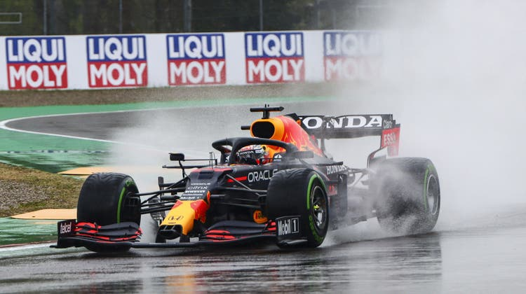 Max Verstappen holt sich in Imola den Sieg. Weil die Strecke zu Rennbeginn noch nass ist, entwickelt sich ein Chaos-GP. (Keystone)