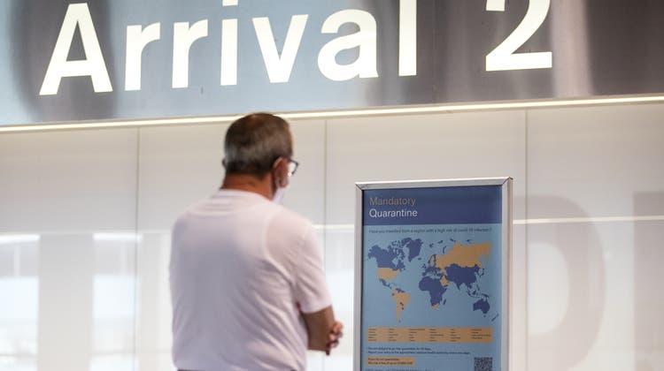 Am Flughafen Zürich zeigen Schilder die Bestimmungen für die Einreise in die Schweiz. (Archivbild) (Keystone)