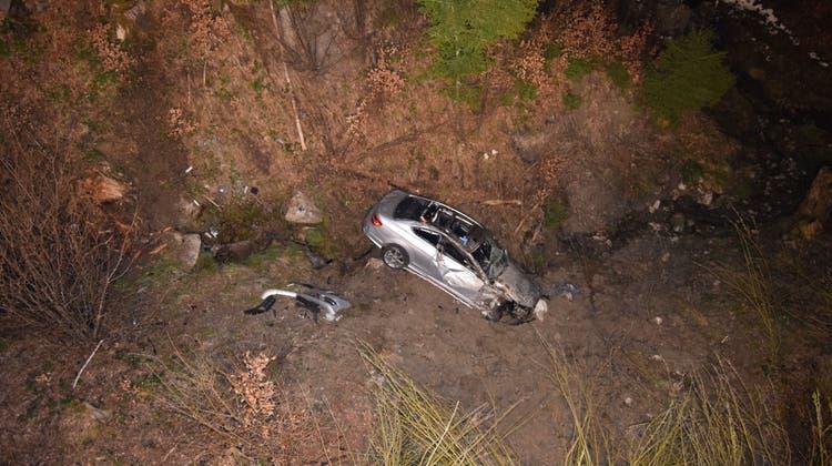 Das Auto stürzte einen steilen Abhang hinunter und prallte in ein Bachbord. (Kapo Appenzell Ausserrhoden)