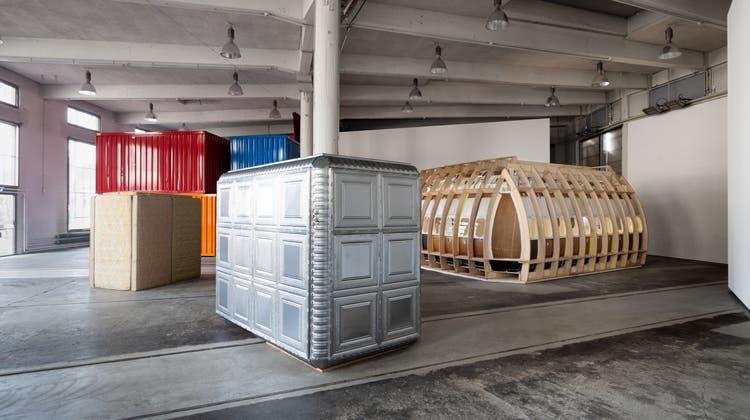 Ab in die Box, ins Matratzenrefugium oder im Flugzeugrumpf gedanklich abheben: In der «Città irreale» in der St. Galler Lokremise ist das möglich. (Sebastian Stadler)