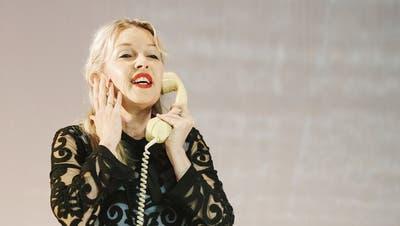 Das Telefon als Nabelschnur zur Welt und zum treulosen Geliebten: Valerie Arias in «Die menschliche Stimme» von Francis Poulenc in Schaan. (Bild: Julian Konrad)