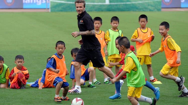Fussballnachhilfe für China: David Beckham war 2013 auf einer einwöchigen Tour in China, um Werbung für Fussball zu machen. Gefruchtet hat es wenig. (AP/CHINATOPIX)