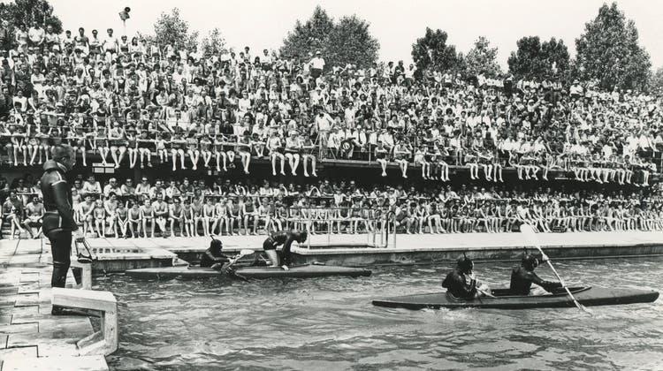 Wehrschau im Gartenbad Grenchen anlässlich des Jubiläums 75 Jahre Offiziersgesellschaft Grenchen 1970. (Peter Zurschmiede)