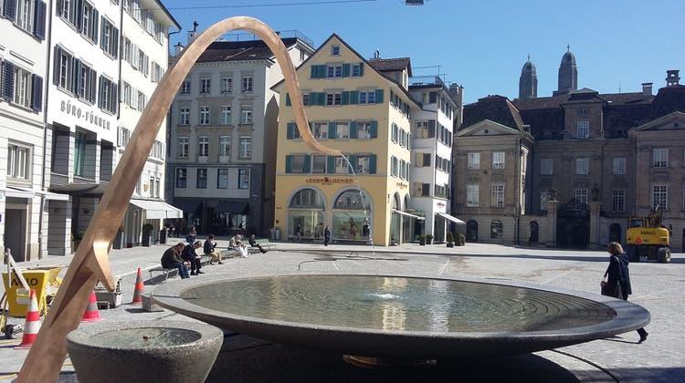 Rappenspalter-Tipp: Auf dem Münsterhof in Zürich lässt sich die Trinkflasche gratis mit Wasser auffüllen - so wie an rund 1200 anderen Brunnen in der Stadt ebenso. (Matthias Scharrer / LTA)