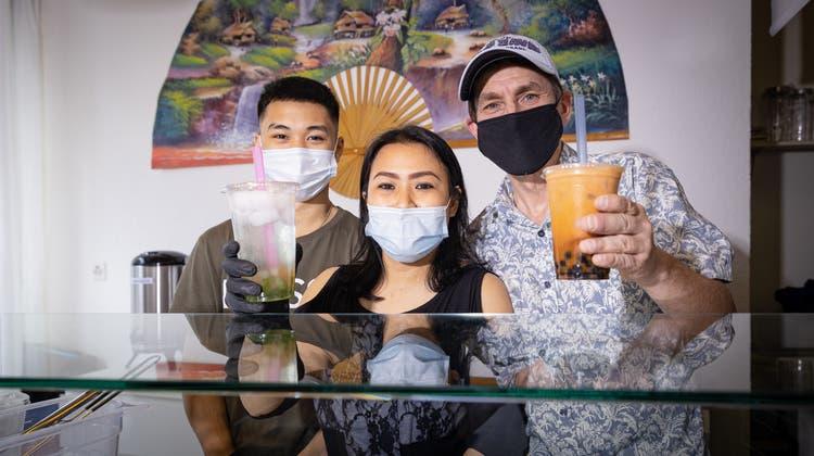 Heiko und Kamonwan Wagner freuen sich zusammen mit Sohn Suraphonüber die Eröffnung des «Tee Paradieses». (Chris Iseli)