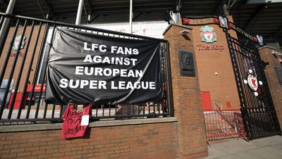 Ein Banner gegen die Super League vor dem Anfield Stadium in Liverpool. (Bild: Jon Super/AP)
