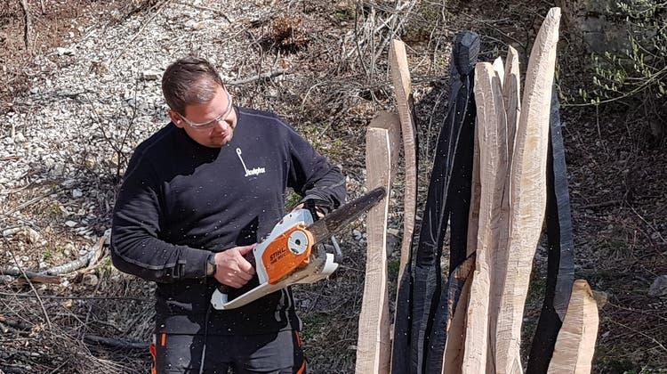 Der Bibersteiner Matthias Gehrig (www.skulptor.ch) schafft abstrakte Holzskulpturen für den neuen Themenweg bei der Klinik Barmelweid. (Nadja Rohner)