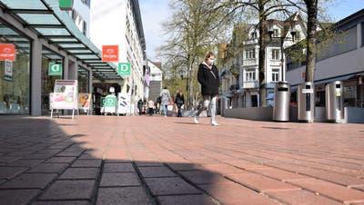 Der heutige rote Klinkerbelag auf dem Neumarktplatz weist Schäden und Unebenheiten auf. (Bild: mhu (19. April 2021))