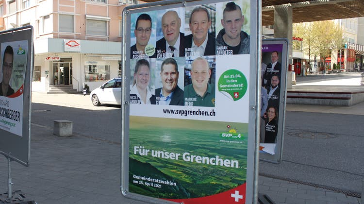 Wahlplakate der SVP Grenchen - dahinter sind auch die Plakate der SVP zu erkennen. (Andreas Toggweiler)
