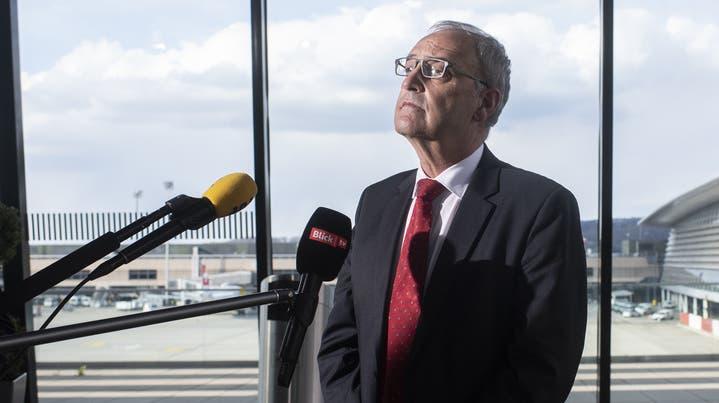 Das grosse Warten: Am Freitag fliegt Bundespräsident Guy Parmelin nach Brüssel. (Keystone (Flughafen Zürich, 15. April 2021))