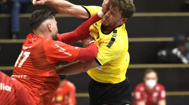 Endingens Joel Hüsmann (l.) wurde für sein hartes Einsteigen gegen Stäfas Lukas Maag mit drei Spielsperren bestraft. (Alexander Wagner)