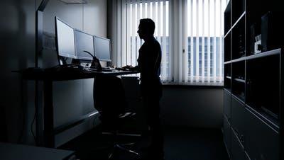 Auf die Baselbieter Cyber-Ermittler wartet noch viel Aufbauarbeit. Hier im Bild ein Kollege der Zuger Polizei bei seinen Ermittlungen. (Bild: Stefan Kaiser)