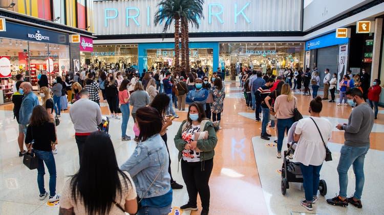 In einem Shoppingcenter ausserhalb von Lissabon stehen die Menschen Schlange, nachdem die Läden wieder geöffnet haben. (Bild: Jose Sena Goulao/EPA (Amadora, 19. April 2021))