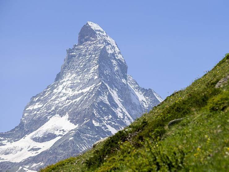 Das Matterhorn ist nicht nur beeindruckend, auch seine Geschichte lockt immer wieder Menschen nach Zermatt, wo man den meistfotografierten Berg der Welt bestaunen kann.