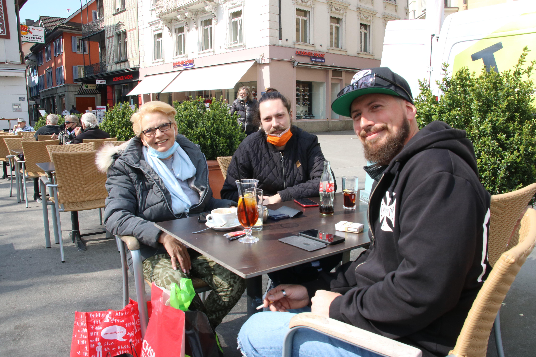 Baden, 19. April: Die Restaurants dürfen ihre Aussenbereiche nach vier Monate langer Schliessung wieder öffnen. Rüeggs aus Untersiggenthal/Remetschwil gehören zu den ersten Gästen im «Schwyzerhüsli».