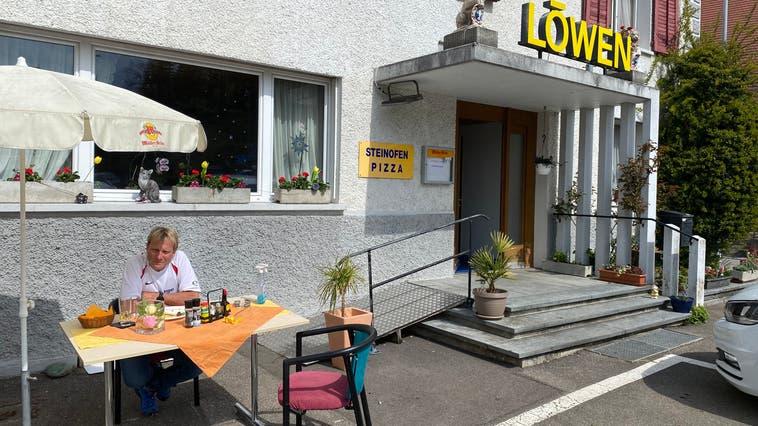 Urs Hauenstein vor dem «Löwen» in Tegerfelden. (Daniel Weissenbrunner)