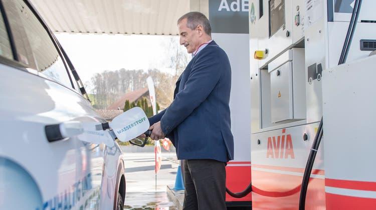 Die erste Wasserstofftankstelle von Avia in der Zentralschweiz steht in Geuensee. Urs Schmidli, CEO der Tankstellenbesitzerin Schätzle AG, beim Betanken eines mit Wasserstoff betriebenen Autos. (Bild: Pius Amrein (Geuensee, 19. April 2021))