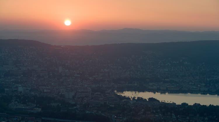 Auch wenn die Lebensqualität als hoch gilt: Zürich zählt über das ganze Jahr gesehen nicht zu den sonnigsten Städten der Schweiz. (Keystone)